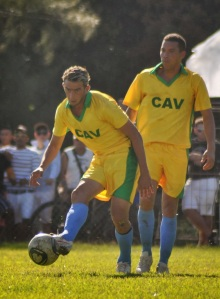 El avileño Yasmani López (derecha) integra la selección cubana de fútbol a partidos amistosos.